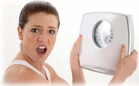 Факторами риска при развитии варикоза является также лишний вес, неправильное питание, вредные привычки.